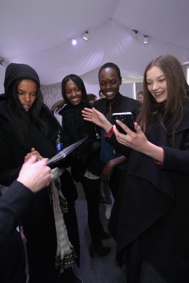 Samsung_Modellen en hun gadgets backstage NY Fashion Week (12)